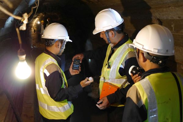 BGR - Mineral commodities - DOM inspectors measuring atmospheric